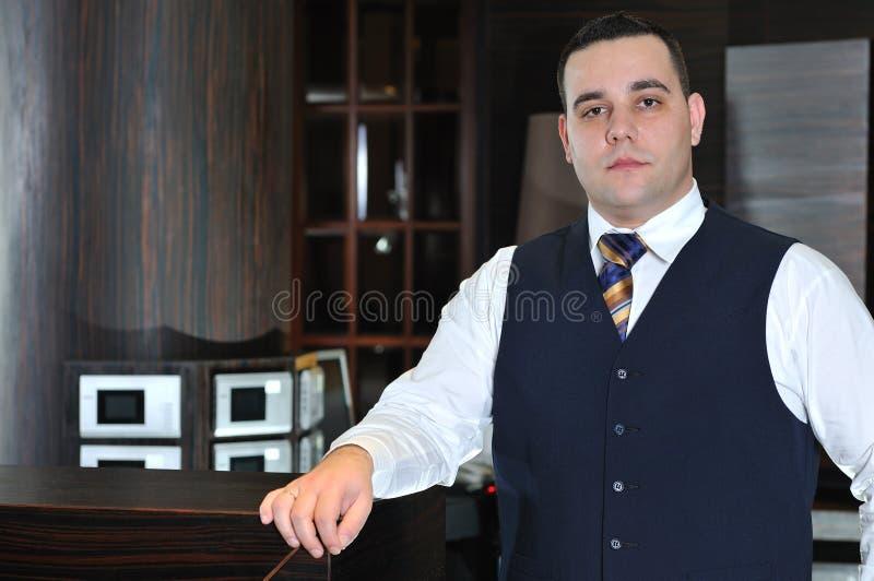 De mens van Recetion in hotel royalty-vrije stock afbeeldingen