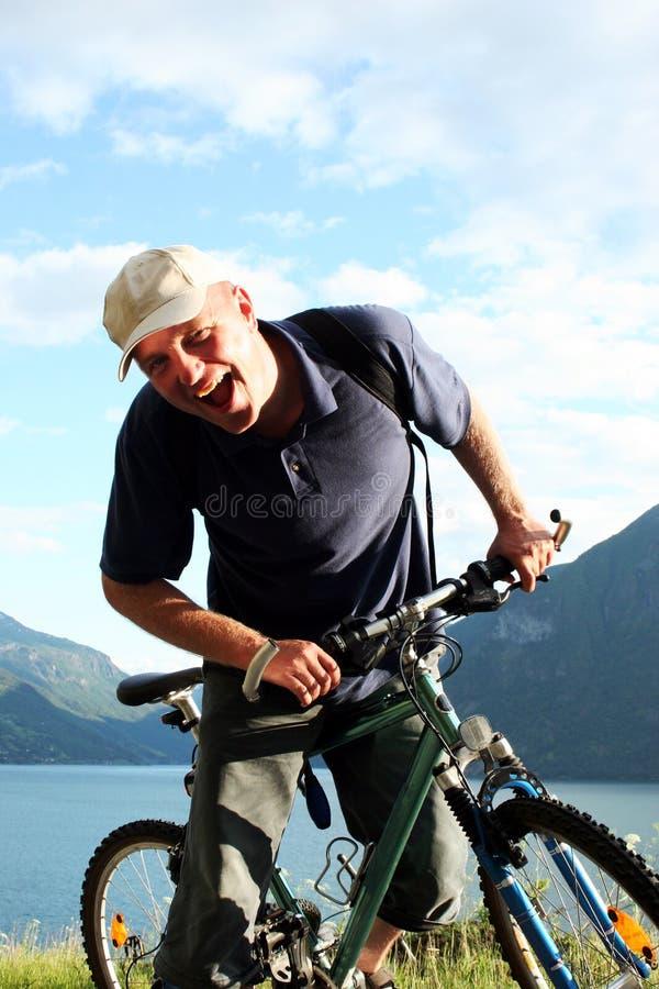De mens van Shoutinng op de fiets