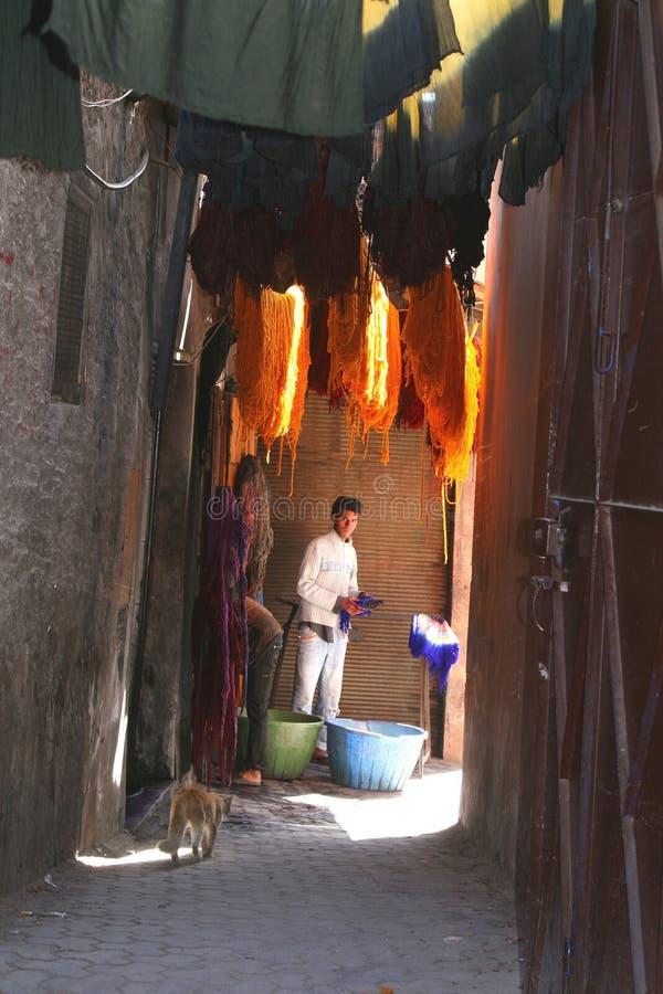 De mens verft garens in Marrakech, Marokko royalty-vrije stock fotografie