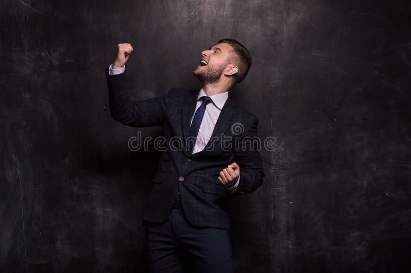 De mens verheugt zich in het bereiken van dit doel stock foto