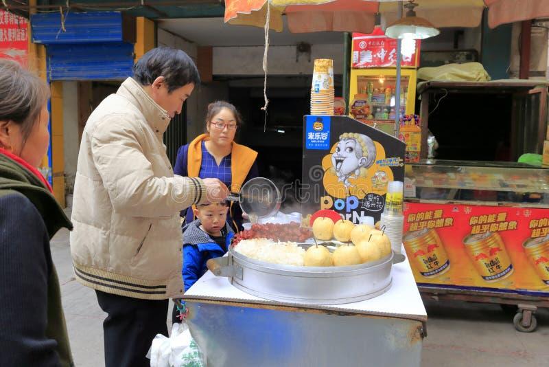 De mens verkoopt shaanxisnacks, rgb adobe stock afbeeldingen