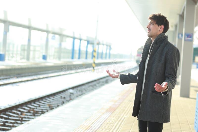 De mens verloor de trein royalty-vrije stock afbeeldingen