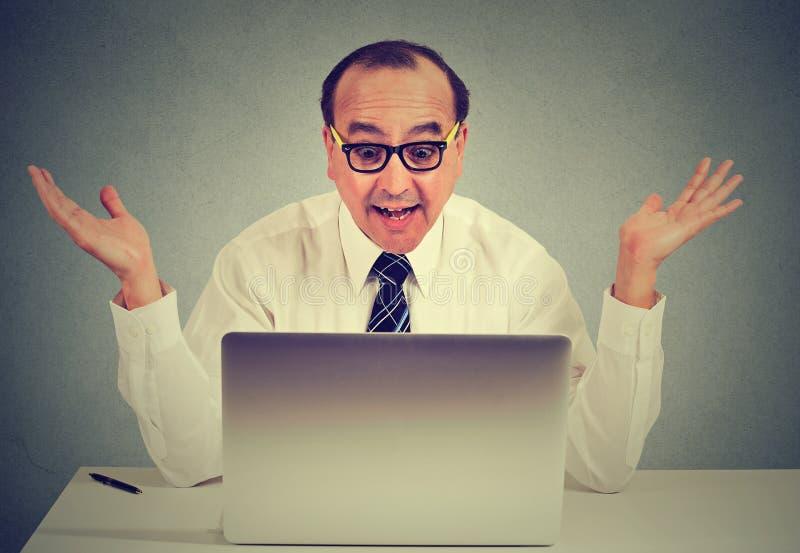 De mens is verrast terwijl het gebruiken van een computer stock foto