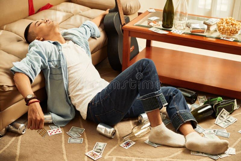 De mens viel in slaap thuis partij royalty-vrije stock foto's