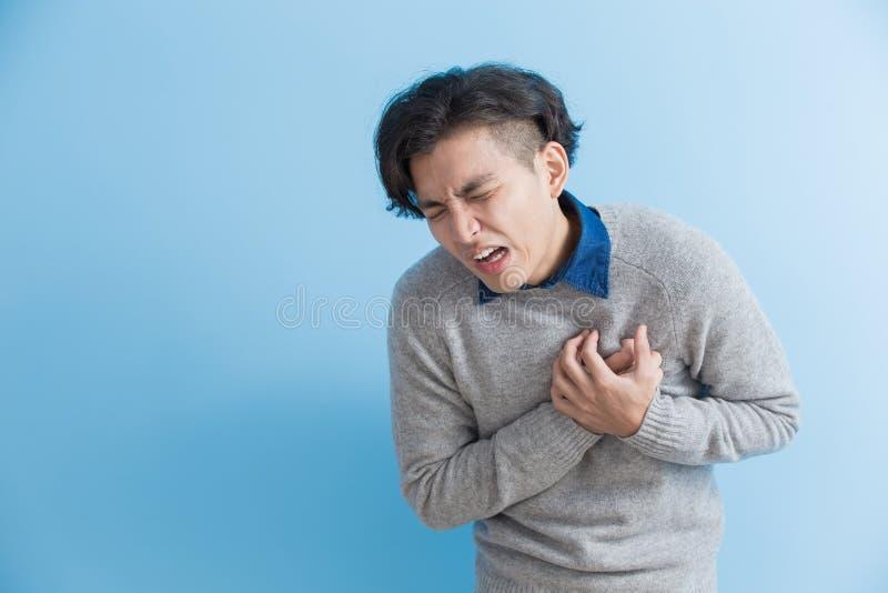 De mens voelt hartpijn stock foto