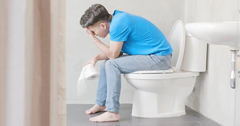 De mens voelt pijn met constipatie royalty-vrije stock afbeeldingen