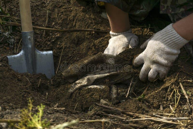 De mens vond iets begraven stock fotografie