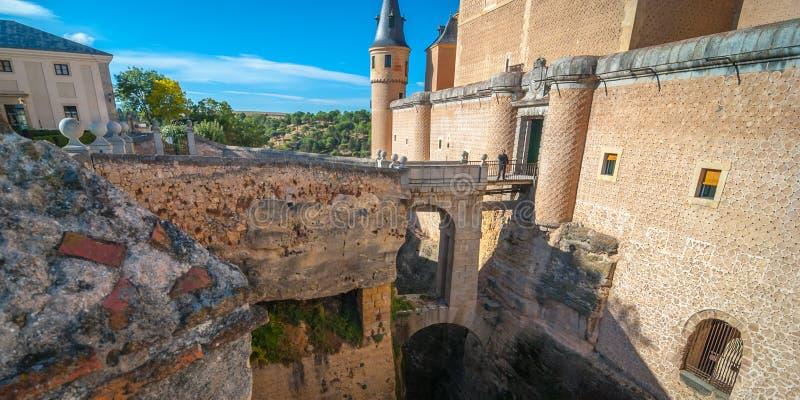 De mens wacht op een brug voor een kasteel royalty-vrije stock foto's