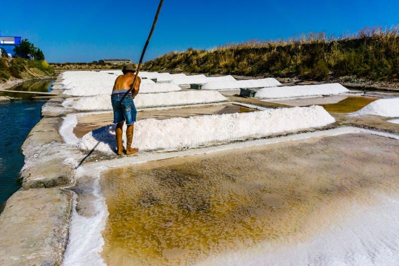 De mens werkt de zoute industrie van het extractievoedsel Baden met zout, in Vil stock afbeelding