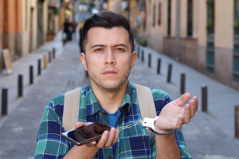 De mens wijdde zich aan het telefoonconcept stock foto's