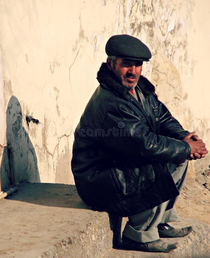 De mens zit op de Straten van Baku royalty-vrije stock fotografie