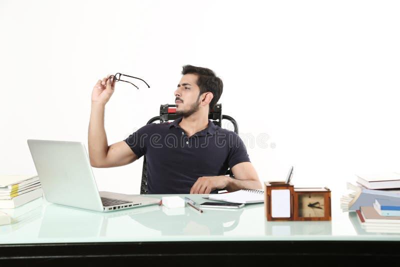 De mens zit op de stoel en kijkt zwarte glazen stock afbeeldingen