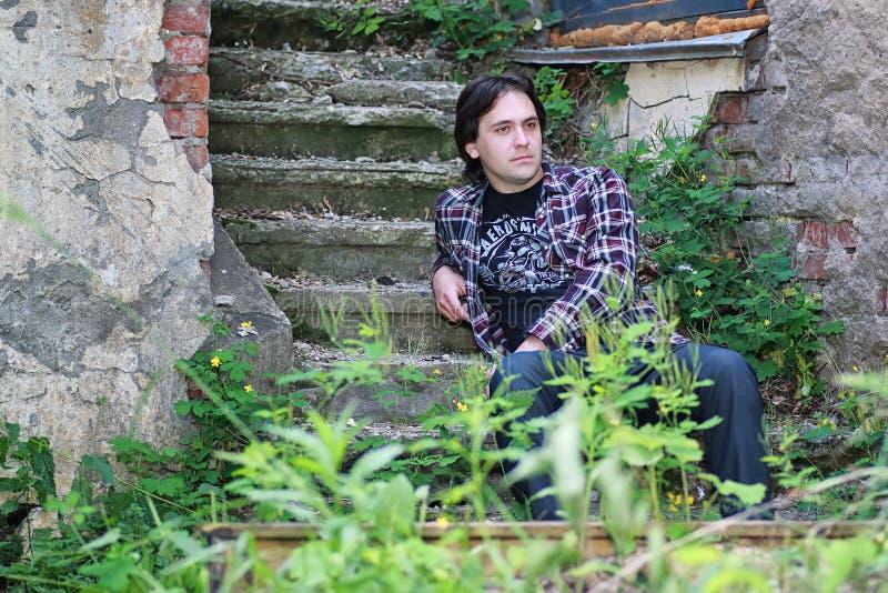 Download De Mens Zit Op Verlaten Trede Stock Foto - Afbeelding bestaande uit grunge, mens: 107708558