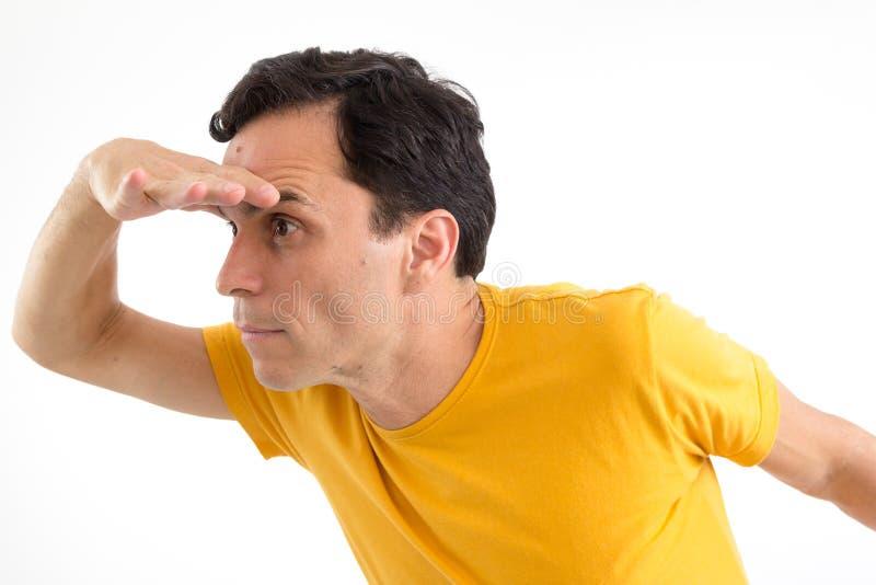 De mens zoekt iets Het proberen te zien Hij ` s op zijn voeten I stock afbeeldingen
