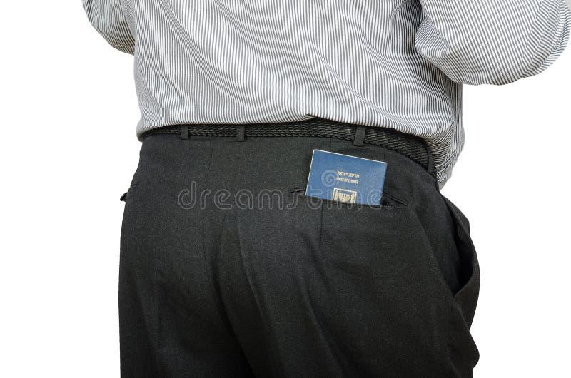 De mens in zwarte broeken heeft Israëlisch paspoort in achterzak stock fotografie