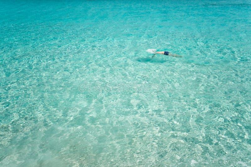 De mens zwemt in het overzees stock afbeelding