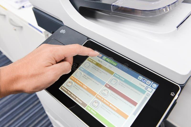 De menselijke hand gebruikt de printer royalty-vrije stock afbeelding