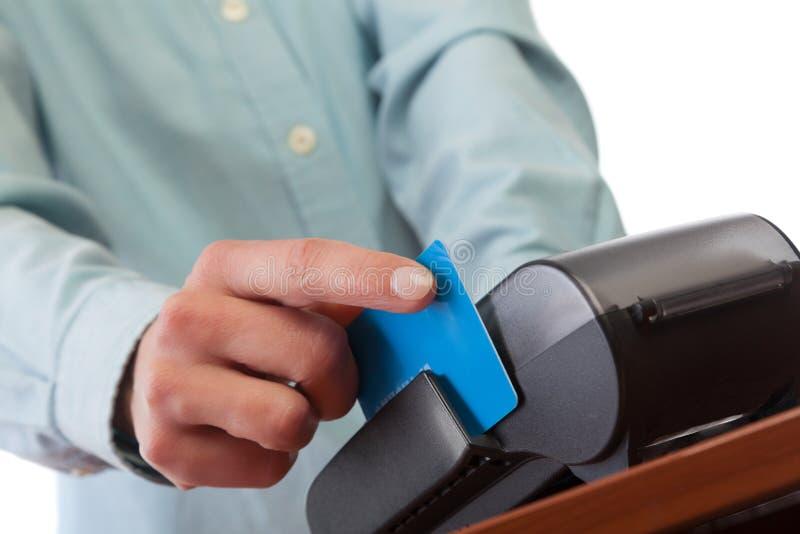 De menselijke hand met creditcard jat door terminal voor verkoop royalty-vrije stock afbeelding