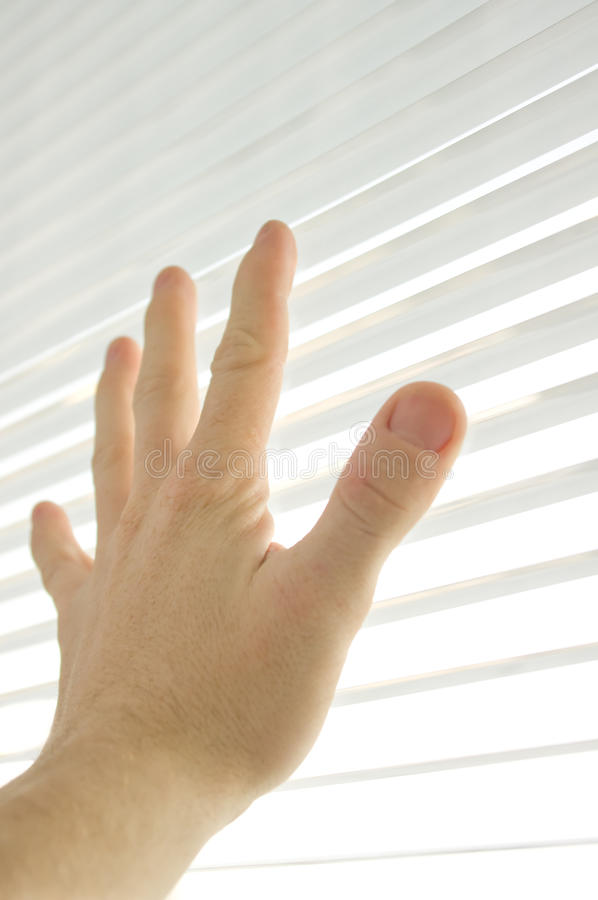 De menselijke hand raakt een venster stock foto's