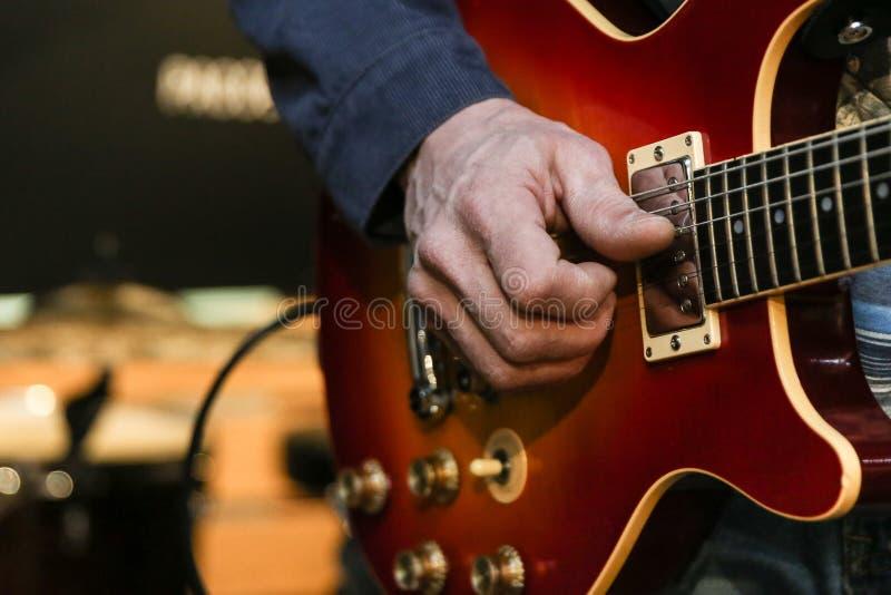 de menselijke hand speelt de gitaarmislukking stock afbeeldingen
