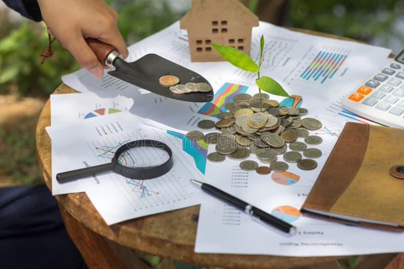 De menselijke hand telt zijn muntstukken De persoonlijke financiën, financiën managemen stock foto