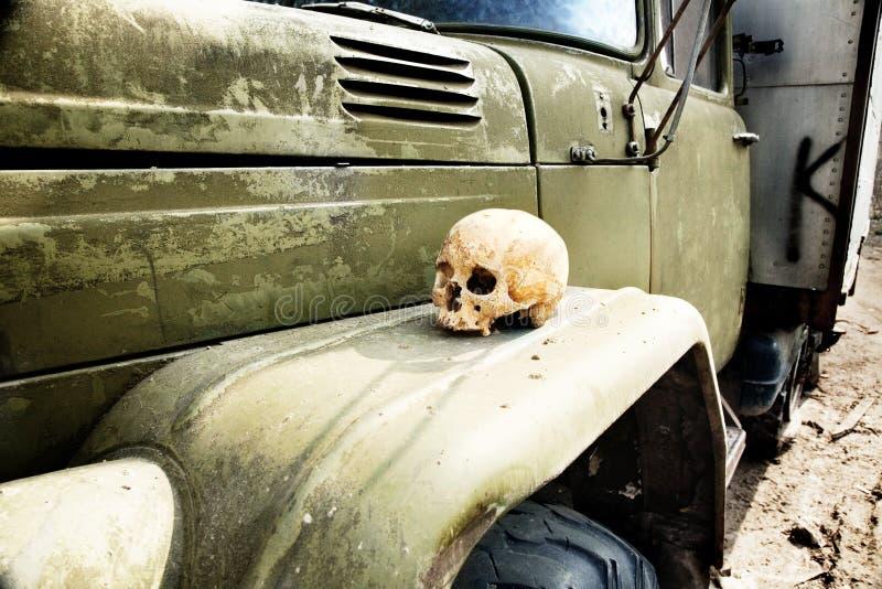 De menselijke schedel ligt op een vrachtwagenvleugel op boondocks royalty-vrije stock foto's