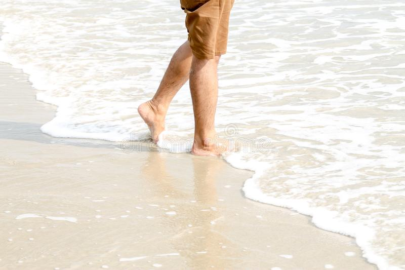 De menselijke voeten die op het strand, toerist lopen ontspannen op de zomervakantie royalty-vrije stock foto