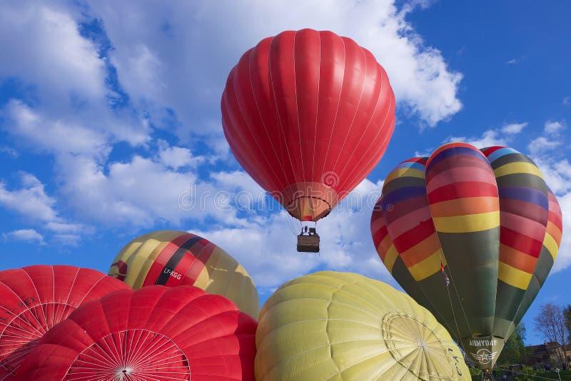 De mensen beginnen vlucht met de hete luchtballons over Vilnius-stad, Litouwen stock foto