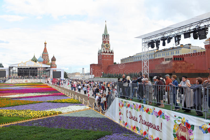 De mensen bekijken bloemen. Moskou. Rood Vierkant. stock fotografie