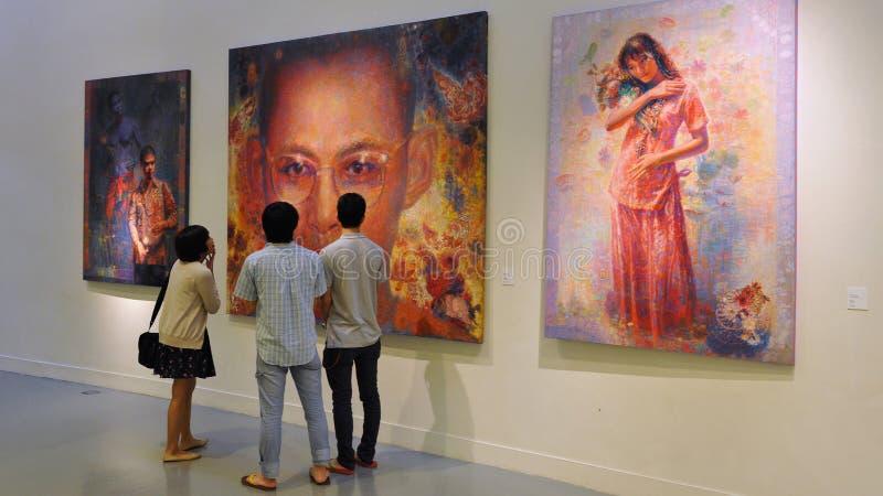 De mensen bekijken Kunstwerk stock afbeeldingen