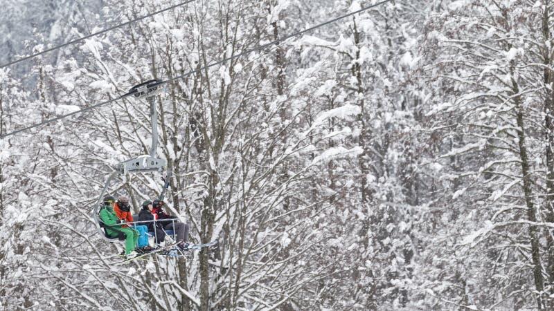 De mensen beklimmen de kabelbaan in Sotchi, Rusland royalty-vrije stock afbeelding