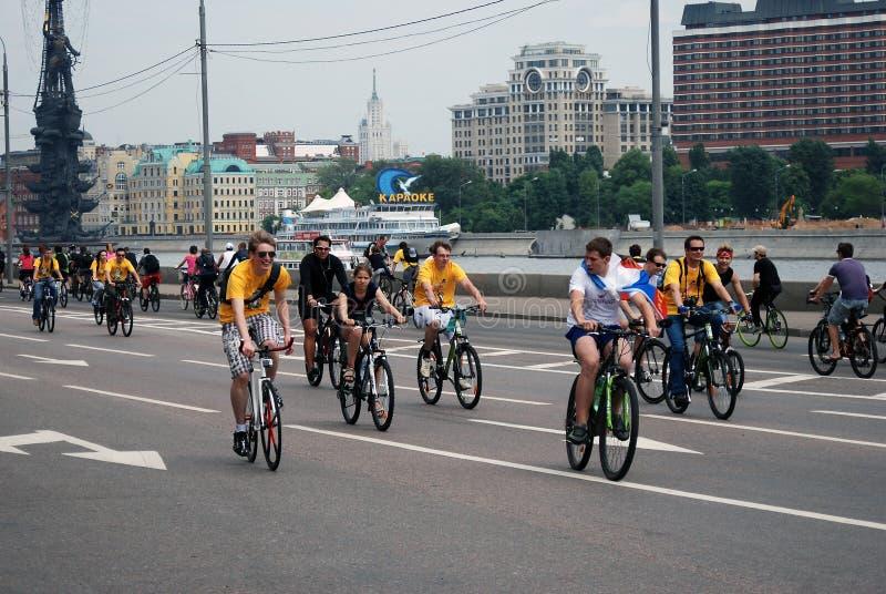 De mensen berijden fietsen in Moskou stock afbeelding