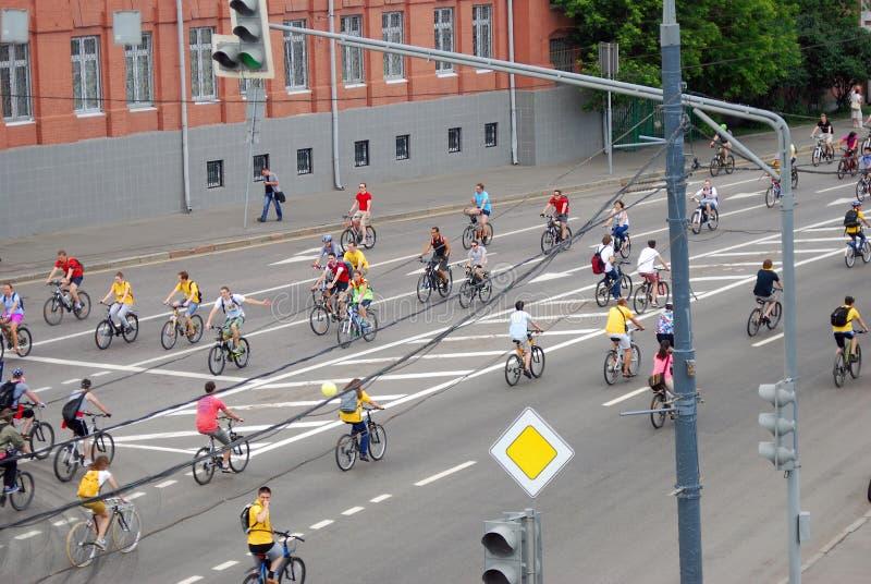 De mensen berijden fietsen in Moskou stock foto