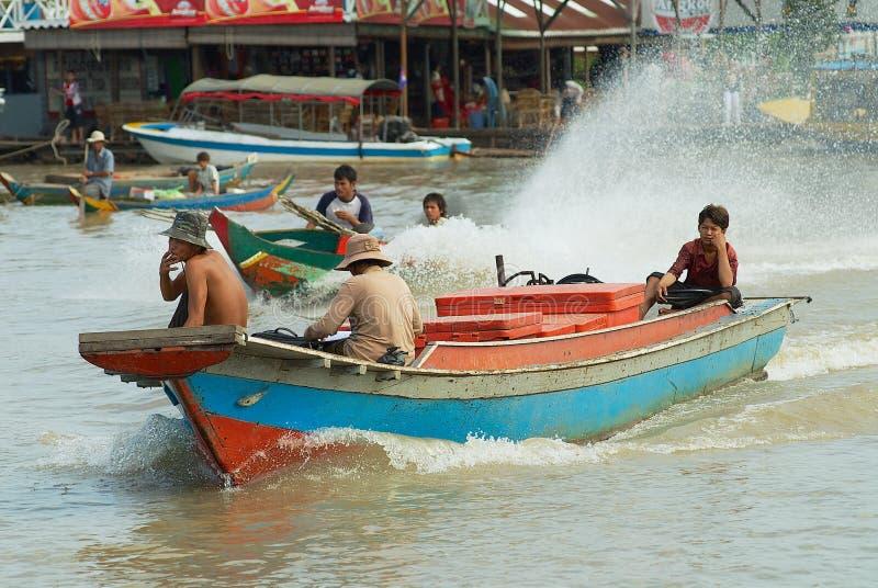De mensen berijden motorboot bij de het drijven markt bij het Tonle-Sapmeer in Siem oogsten, Kambodja royalty-vrije stock foto's
