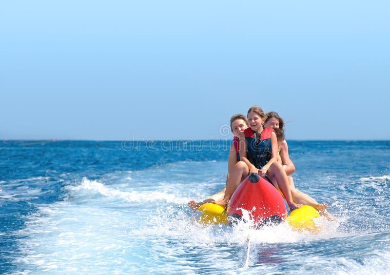 De mensen berijden op banaanboot stock fotografie