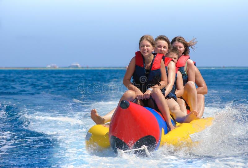 De mensen berijden op banaanboot royalty-vrije stock foto's