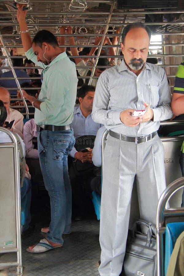 De mensen bevinden zich binnen van vervoer, Mumbai stock foto's