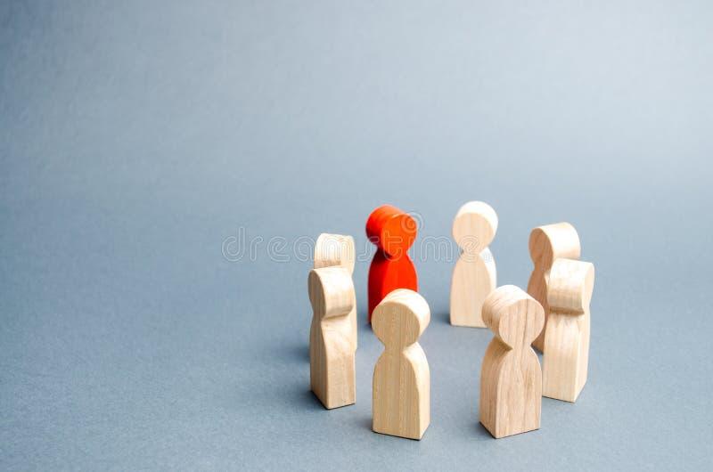 De mensen bevinden zich in een cirkel op een grijze achtergrond Mededeling Commercieel team, groepswerk, teamgeest Houten cijfers royalty-vrije stock afbeelding