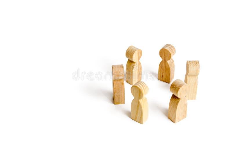 De mensen bevinden zich in een cirkel op een witte achtergrond Mededeling Commercieel team, groepswerk, teamgeest Houten cijfers  stock afbeelding