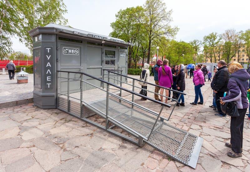 De mensen bevinden zich in een rij dichtbij het openbare toilet in Samara, Rusland royalty-vrije stock foto's
