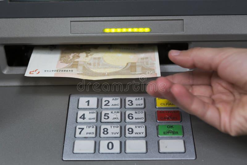 De mensen bevinden zich in een rij om ATMs van een bank te gebruiken Persoon receiv royalty-vrije stock fotografie