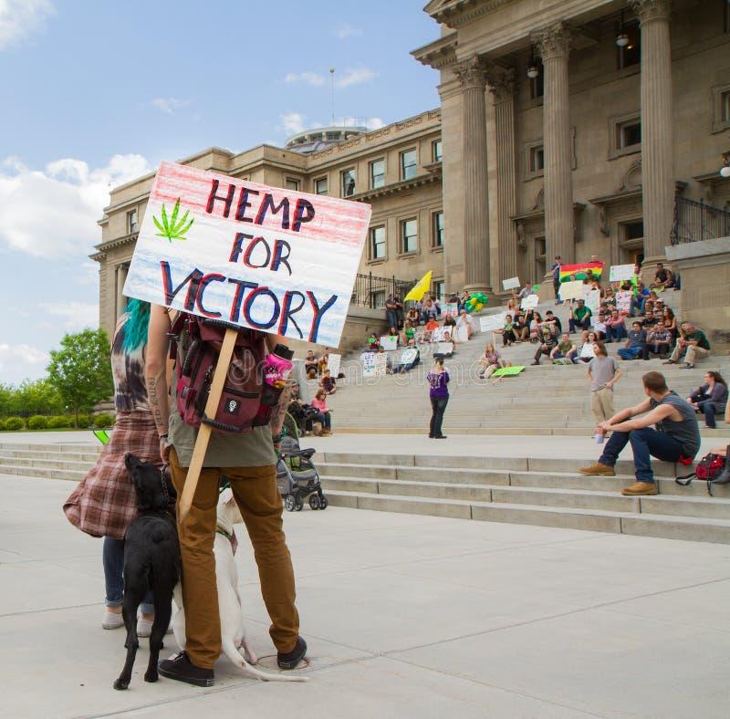 De mensen bevinden zich tot steun van het maken van Marihuana wettelijk royalty-vrije stock foto's