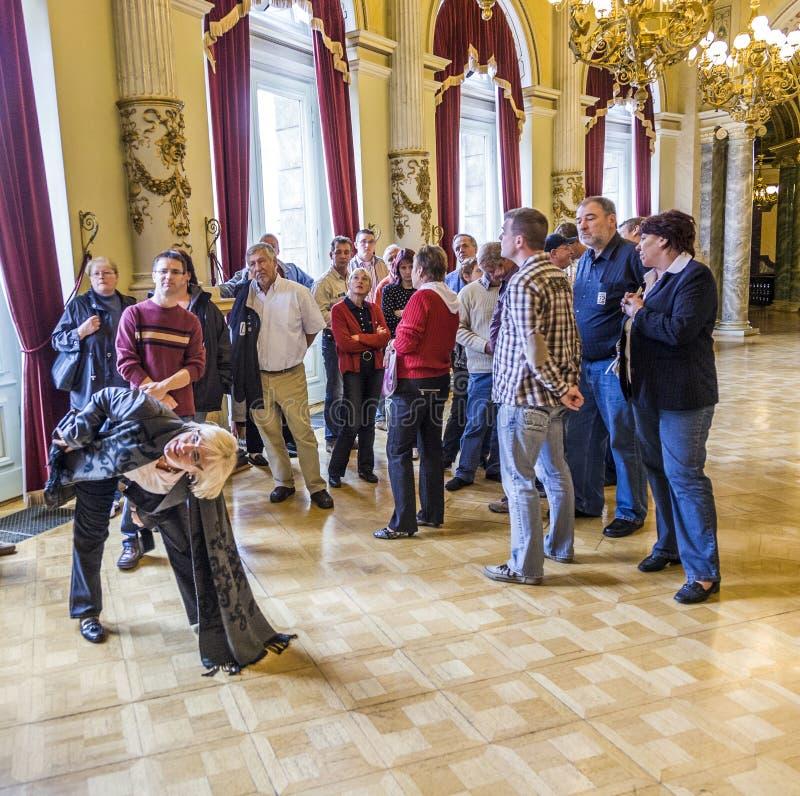 De mensen bezoeken beroemde Semper-Opera royalty-vrije stock fotografie