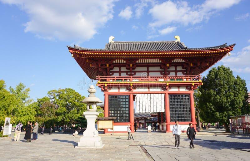 De mensen bezoeken bij Shitennoji-Tempel royalty-vrije stock afbeeldingen