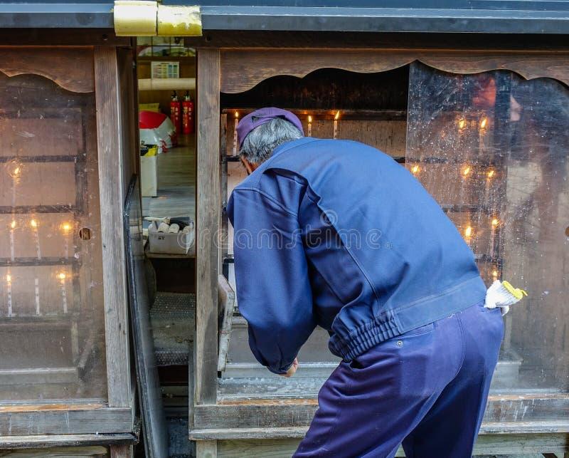 De mensen bezoeken Boeddhistische tempel in Kyoto, Japan royalty-vrije stock foto