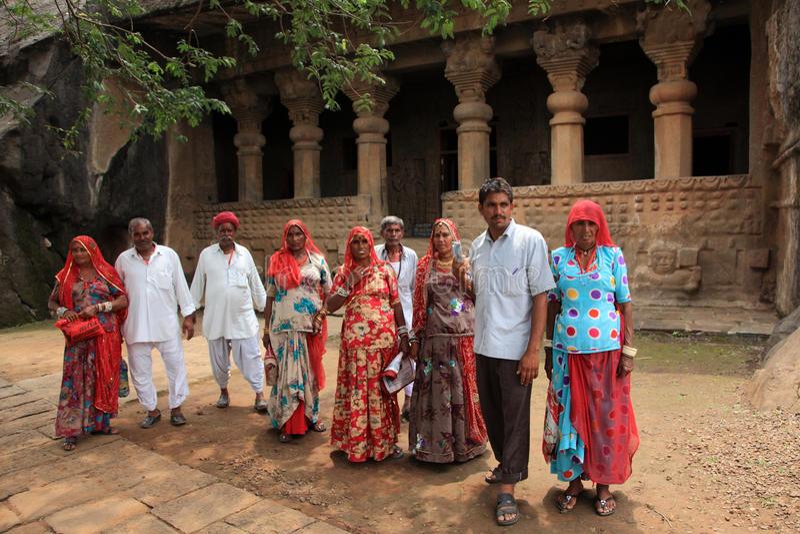 De mensen bezoeken de holen van Pandu Leni stock afbeelding