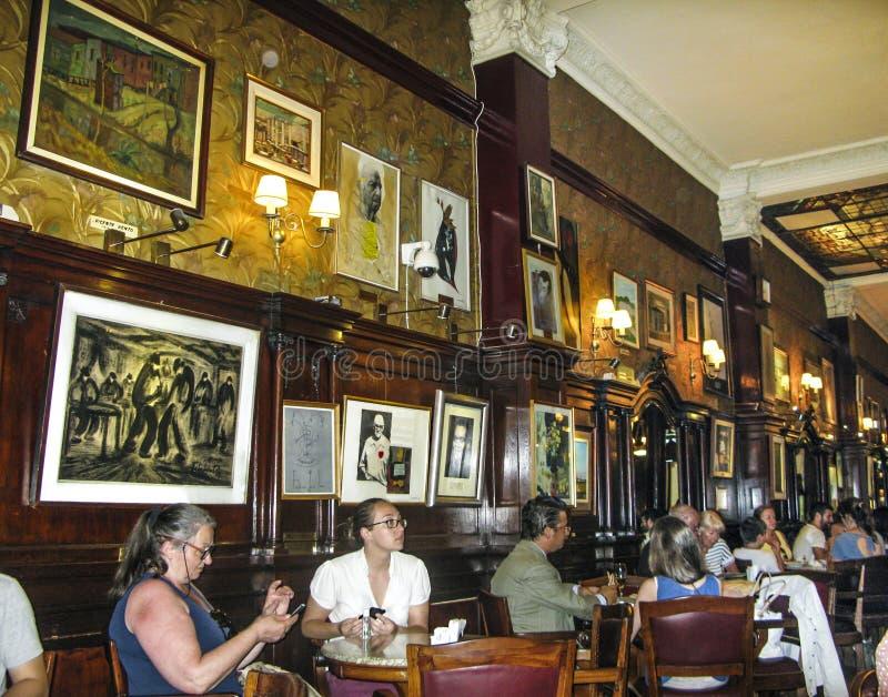 De mensen bezoeken de oude Koffie Tortoni in Buenos aires royalty-vrije stock afbeeldingen