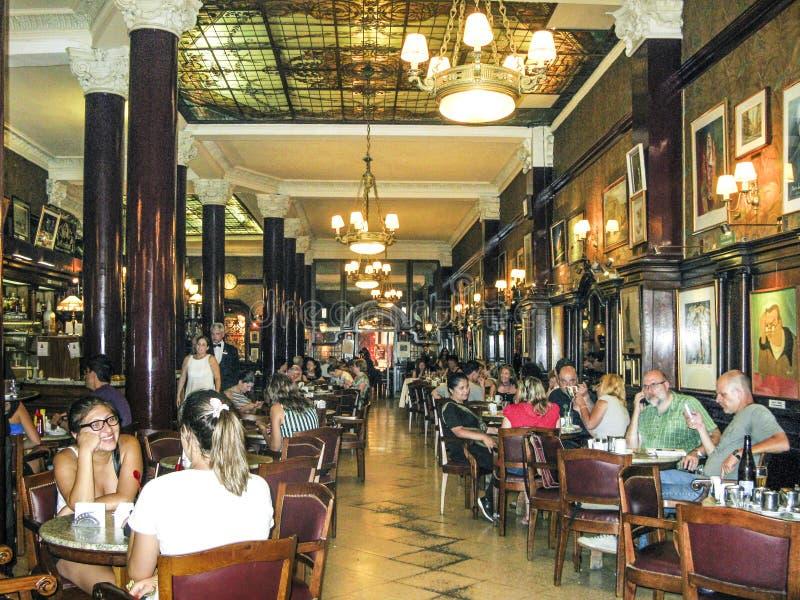 De mensen bezoeken de oude Koffie Tortoni in Buenos aires royalty-vrije stock fotografie