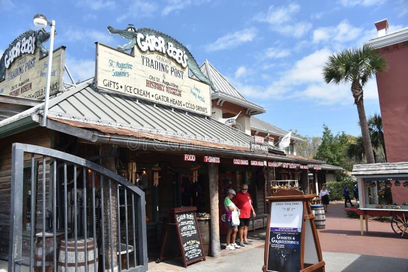 De mensen bezoeken Gator-de Handelpost van het Loodje, St Augustine, Florida stock fotografie