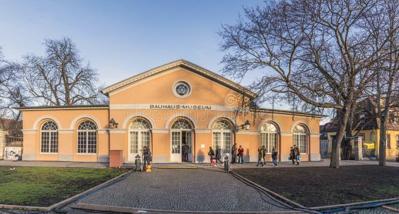 De mensen bezoeken het Bauhaus-museum in Weimar, Duitsland royalty-vrije stock foto's